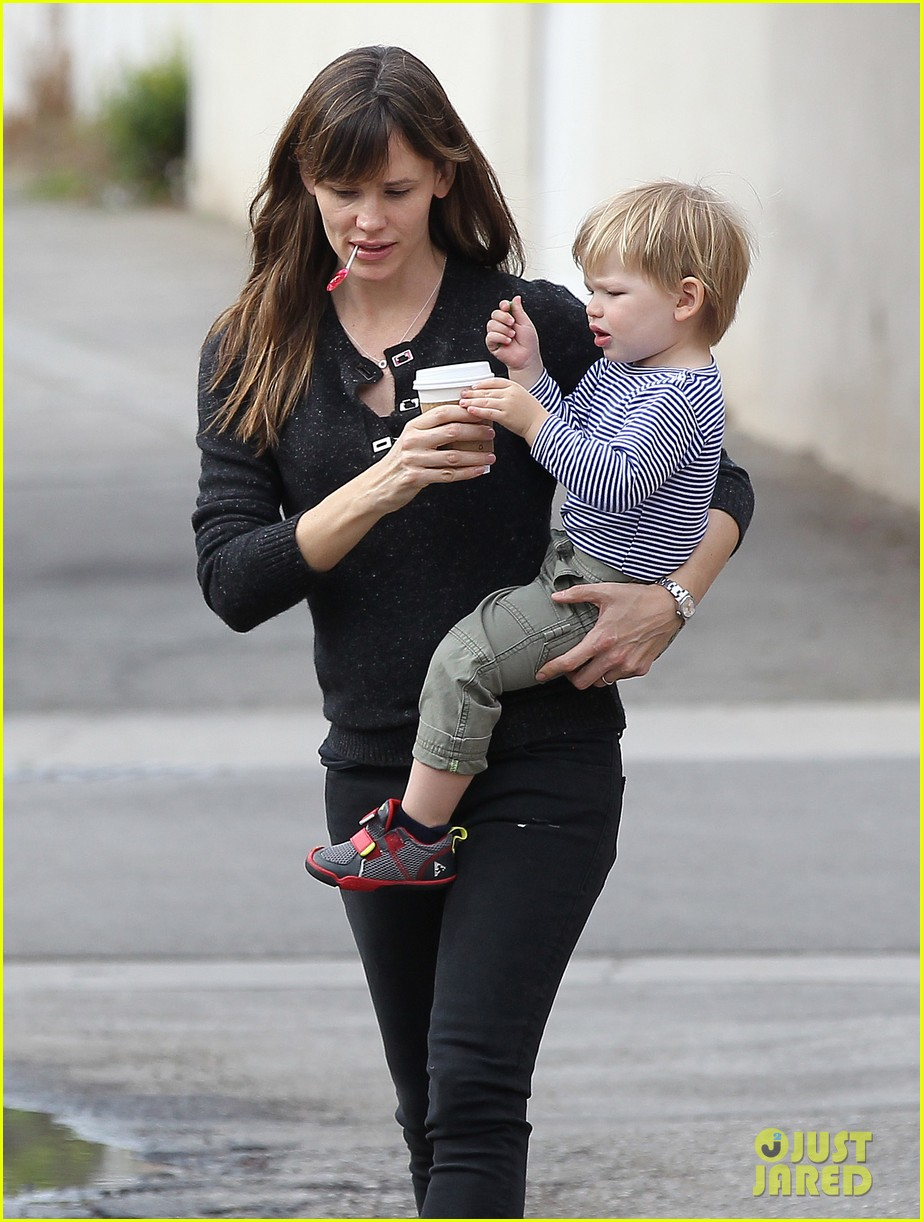 jennifer garner ben afflecks batman suit is totally cool 073039477