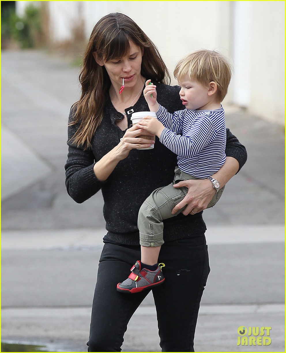 jennifer garner ben afflecks batman suit is totally cool 093039479