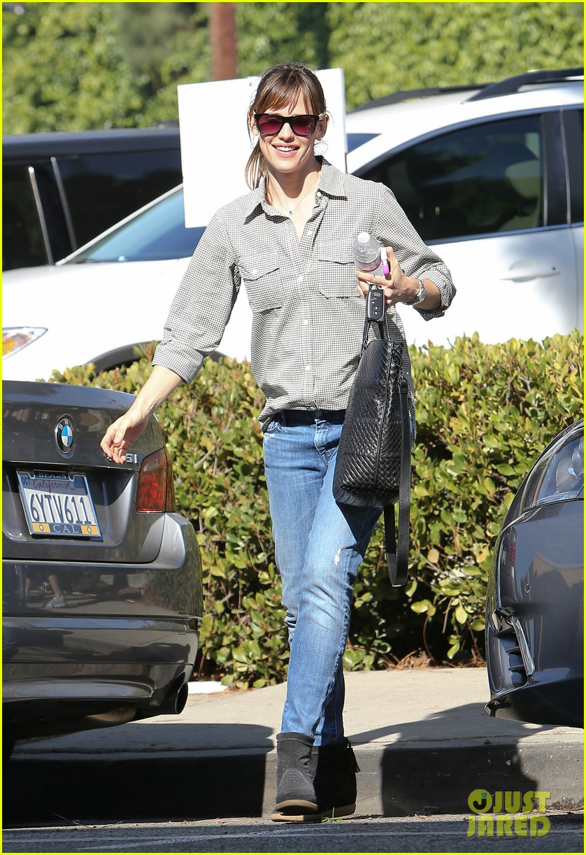 jennifer garner treats violet to an ice cream cone 013041774