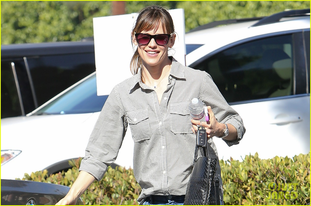 jennifer garner treats violet to an ice cream cone 03
