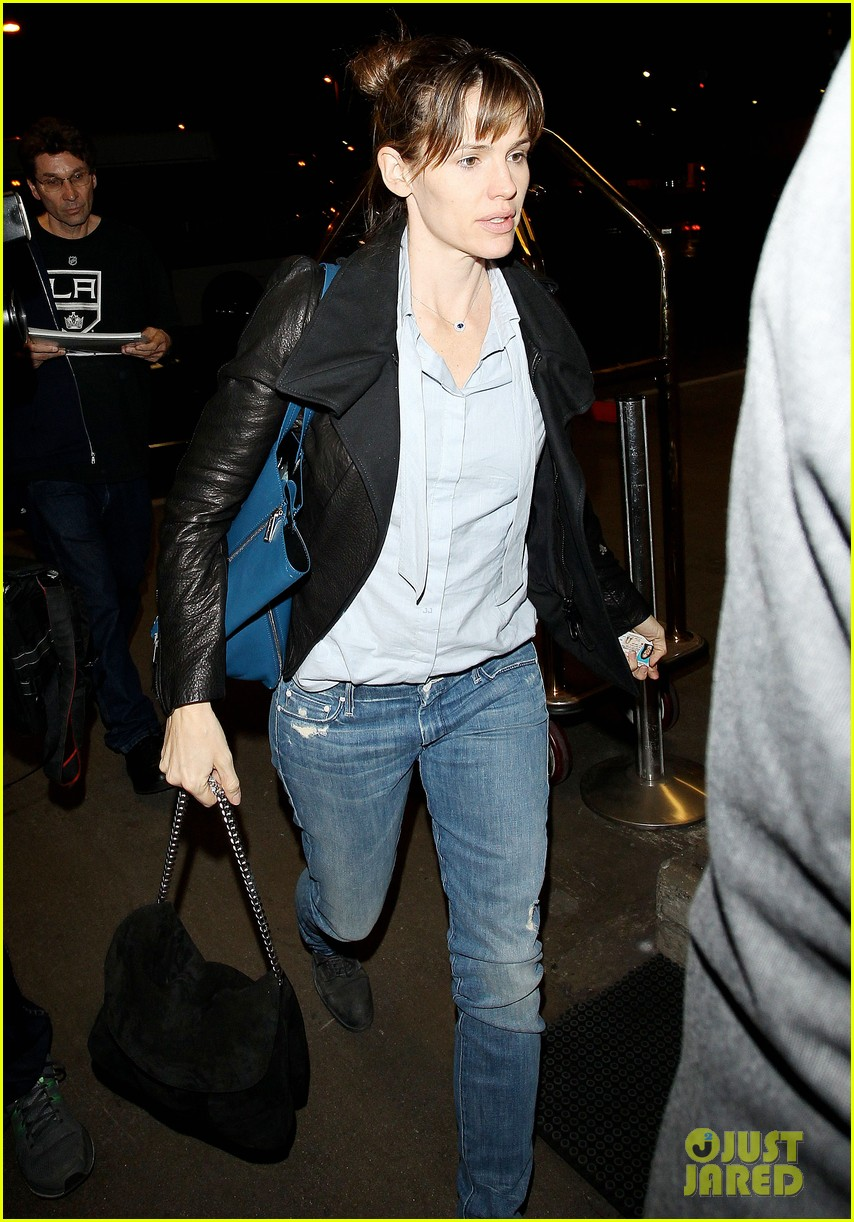 jennifer garner flies out of lax before sag awards 05