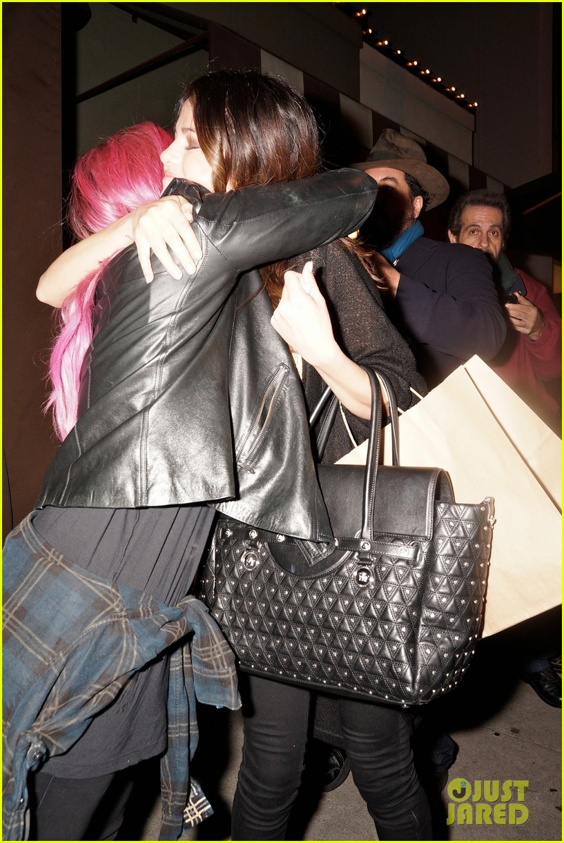 selena gomez grabs dinner wtih pink haired demi lovato 023039050