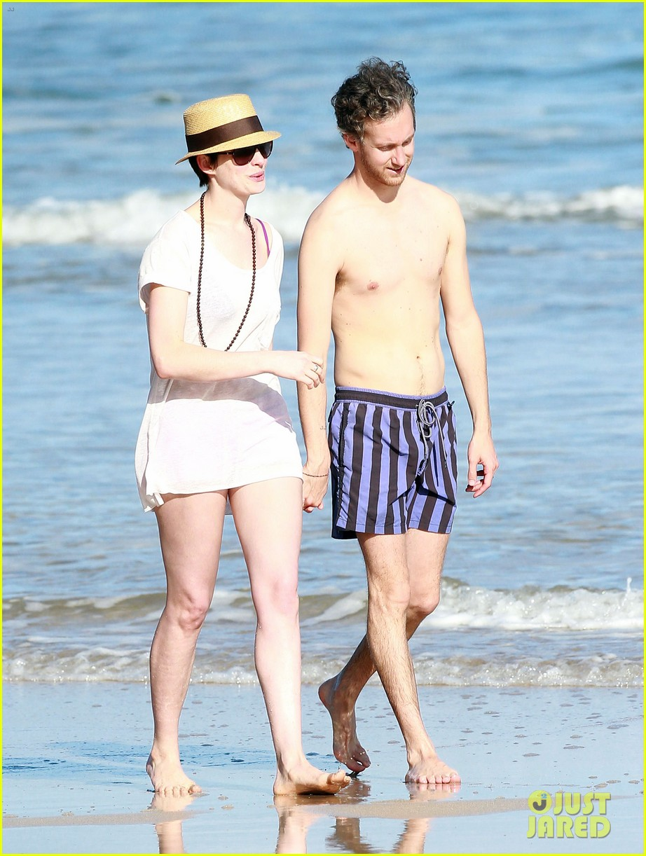 anne hathaway beachtime bliss with shirtless adam shulman 01