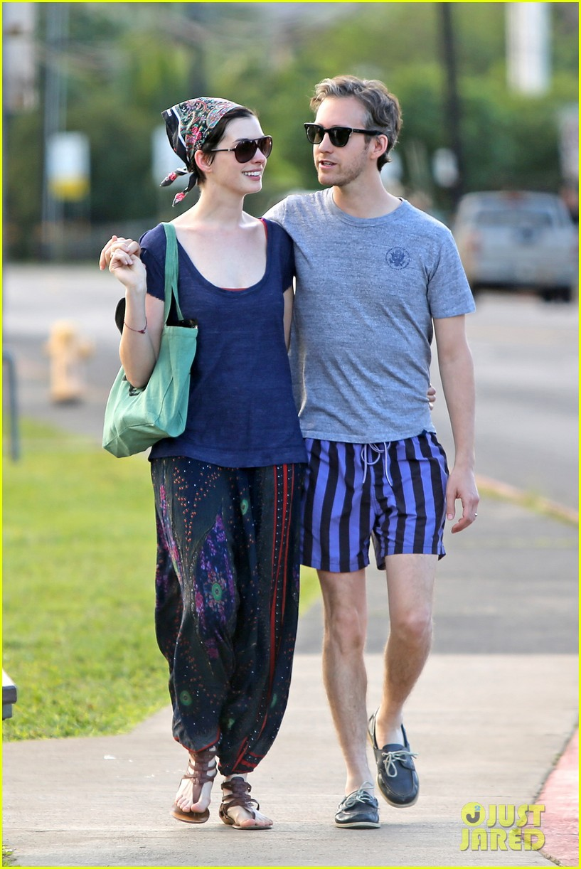 anne hathaway adam shulman escape to hawaii for romantic getaway 013023424