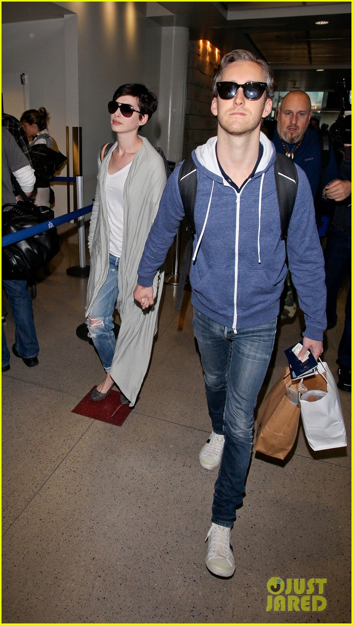 anne hathaway adam shulman escape to hawaii for romantic getaway 103023433