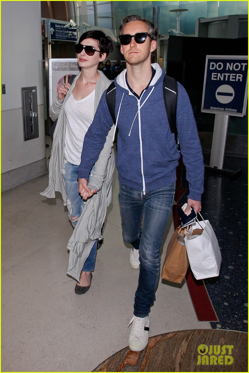 anne hathaway adam shulman escape to hawaii for romantic getaway 183023441