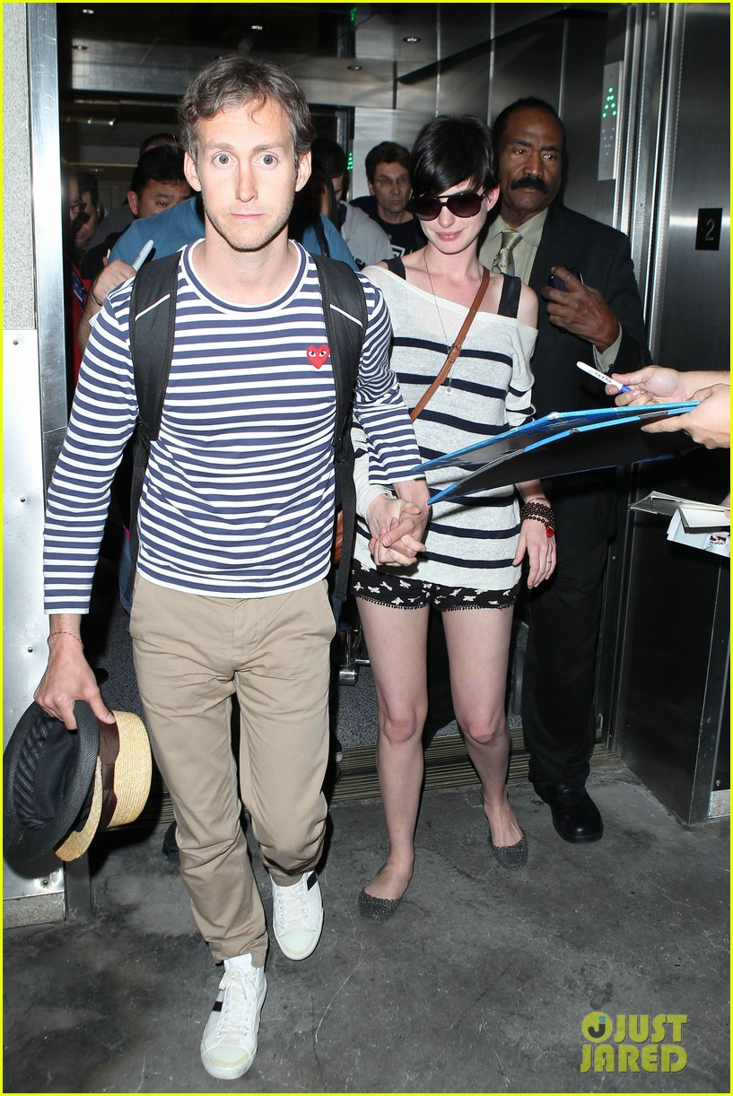 anne hathaway greets mob of fans at lax 233031934