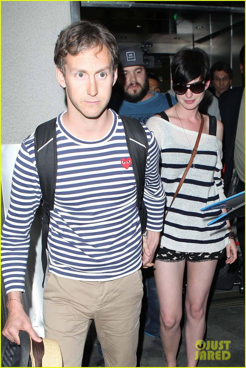 anne hathaway greets mob of fans at lax 28