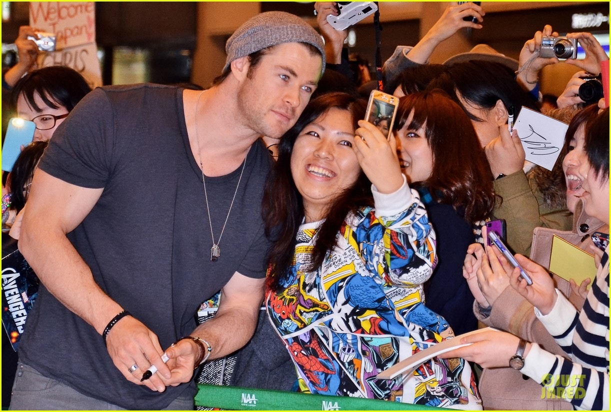 chris hemsworth carries thor hammer at narita airport 023039890