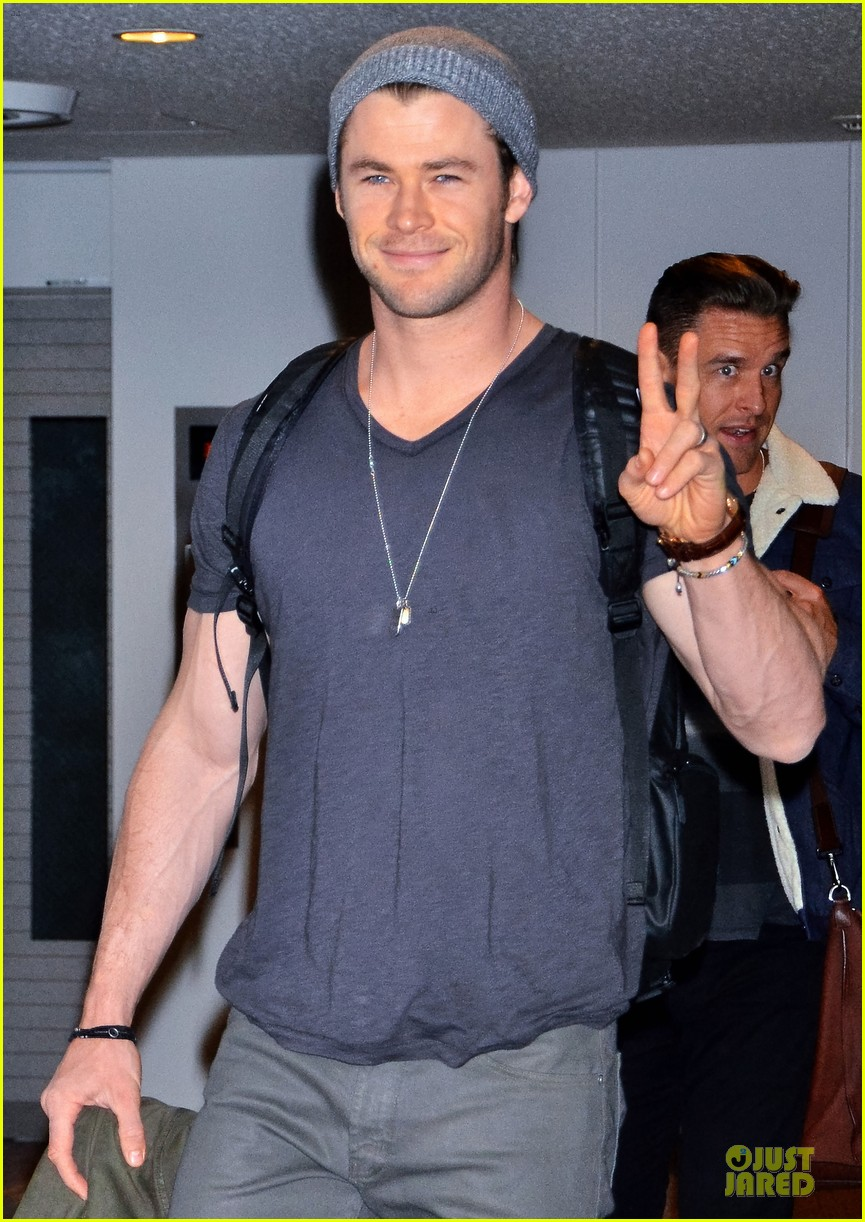 chris hemsworth carries thor hammer at narita airport 053039893