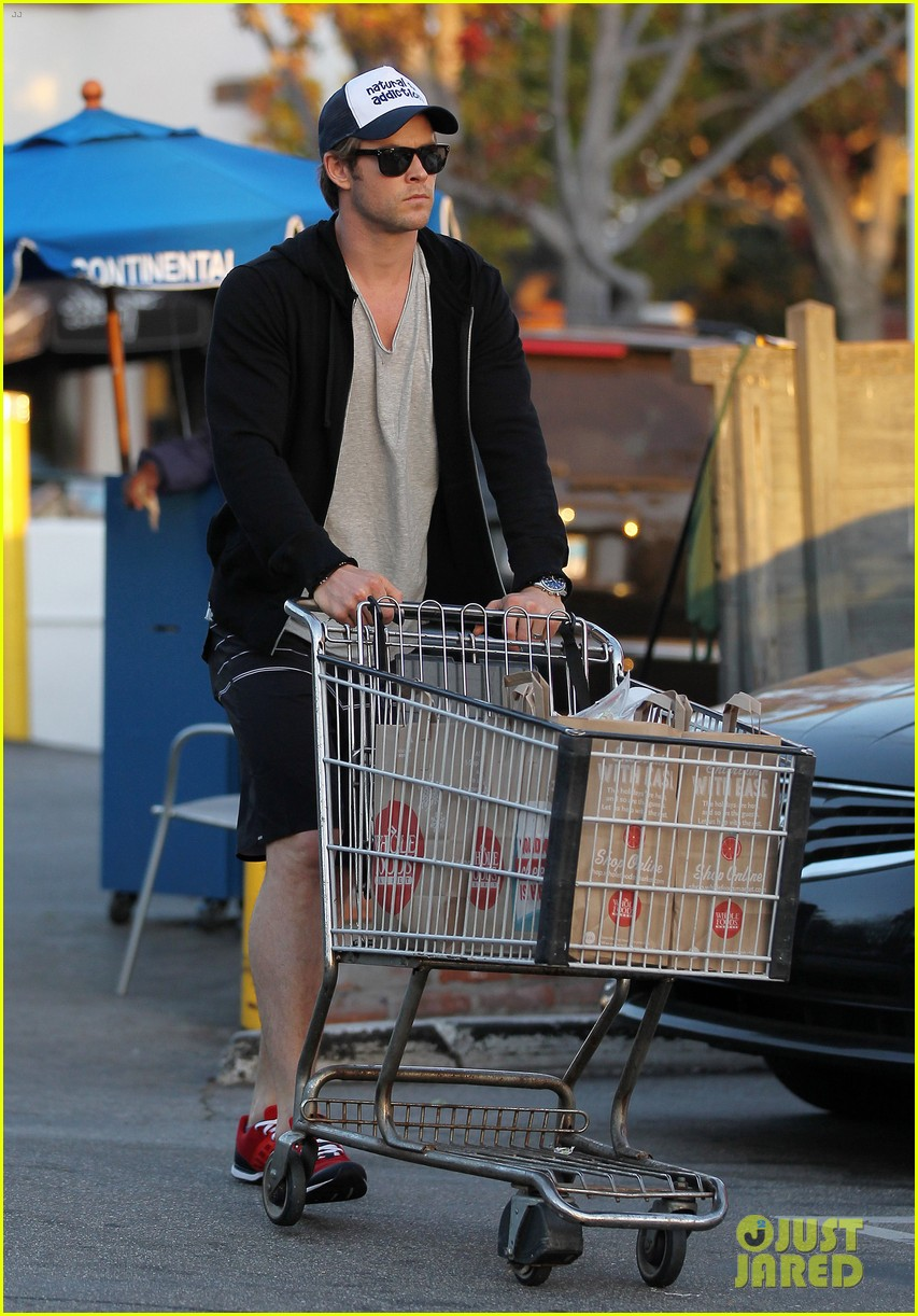 chris hemsworth santa monica errands with elsa pataky india 013026974