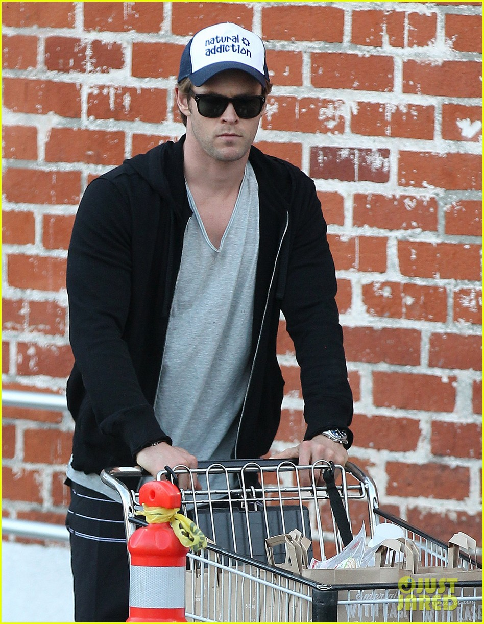chris hemsworth santa monica errands with elsa pataky india 143026987