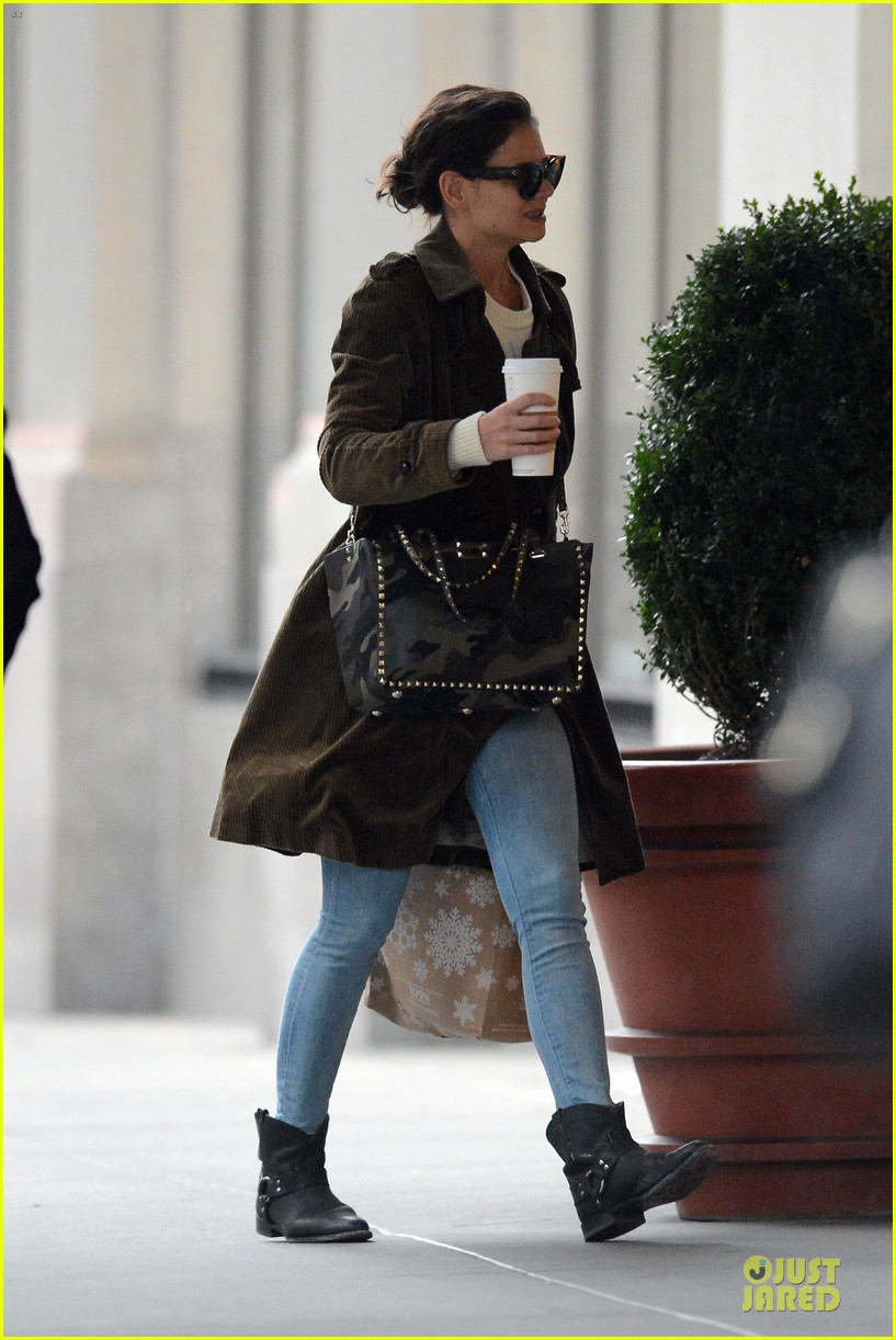 katie holmes braves weekend rain with starbucks coffee 03
