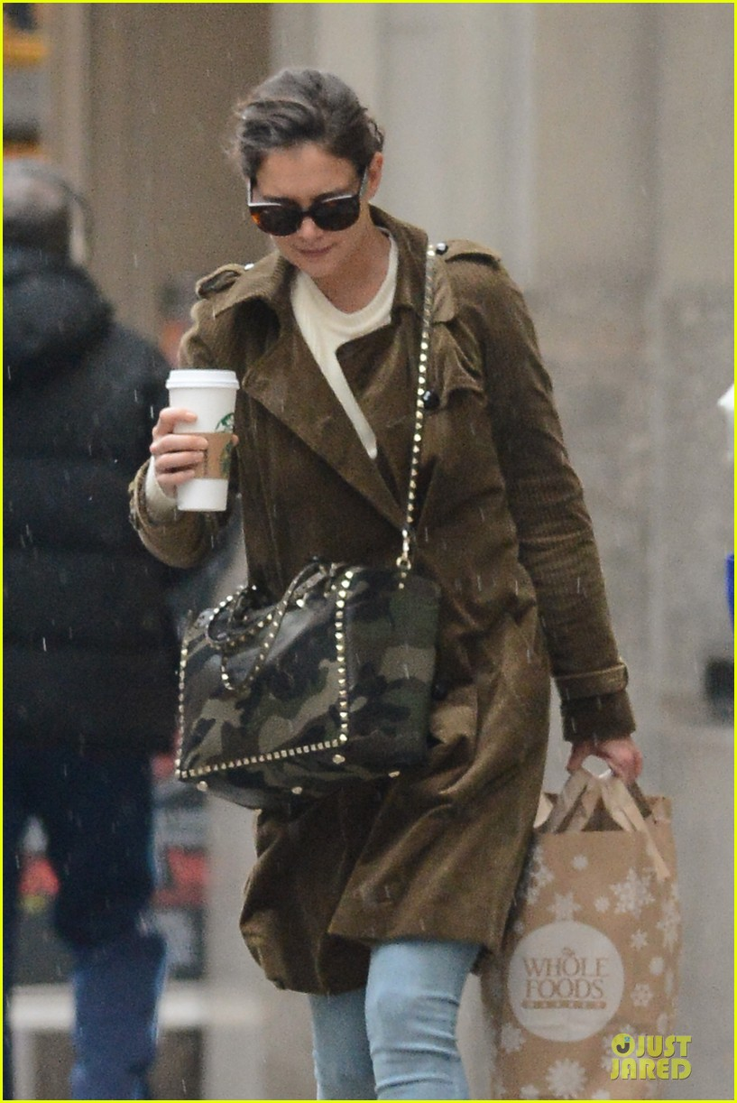 katie holmes braves weekend rain with starbucks coffee 04