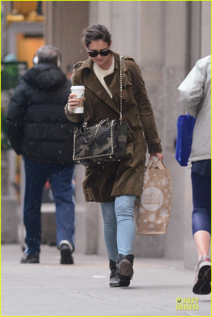 katie holmes braves weekend rain with starbucks coffee 053034268