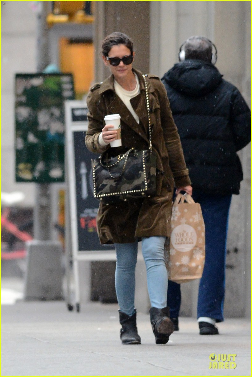 katie holmes braves weekend rain with starbucks coffee 083034271