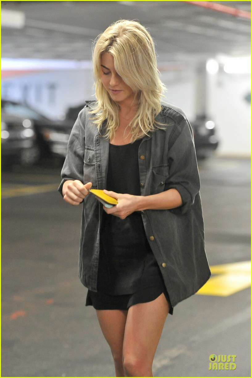 julianne hough flashes toned tummy in new year 093022335