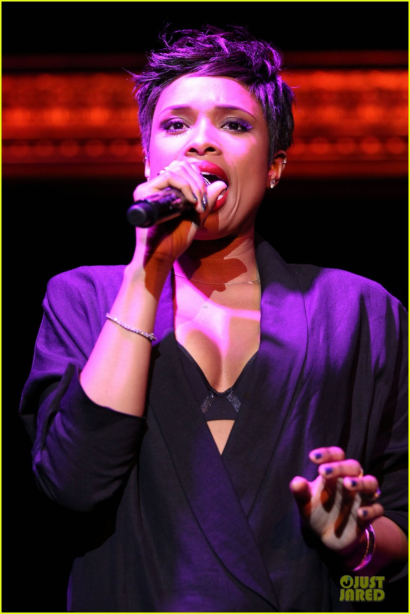 jennifer hudson flaunts black bra at carnival live performance 043037948