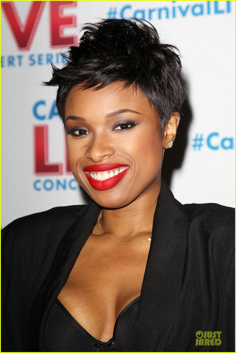 jennifer hudson flaunts black bra at carnival live performance 203037964