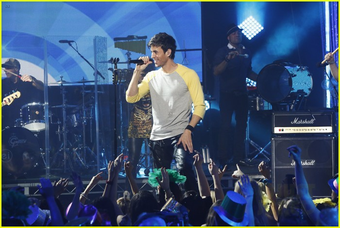 enrique iglesias pumps up the crowd on new years eve 2014 03