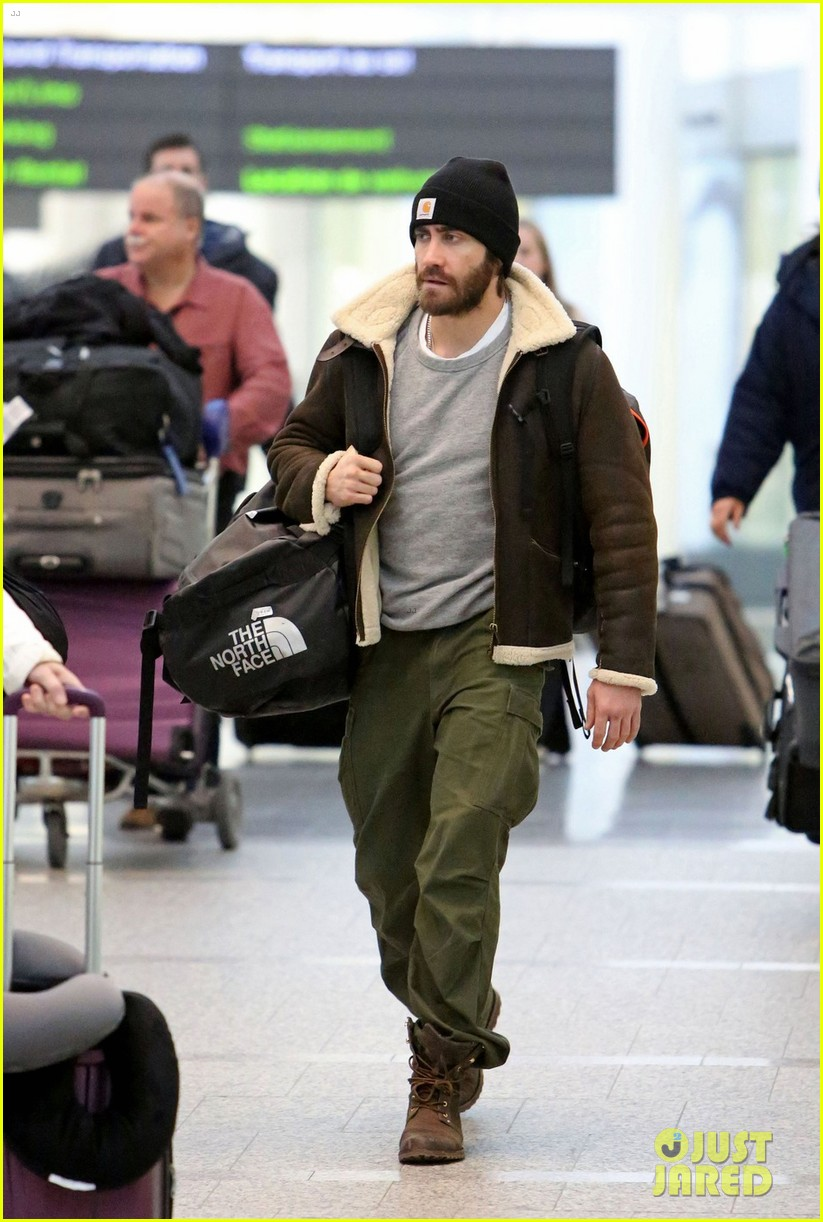 jake gyllenhaal low key arrival in toronto 01