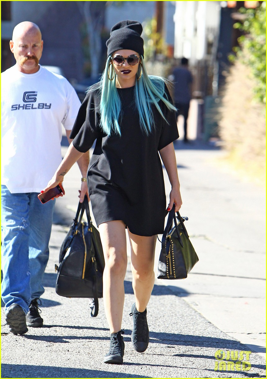 jessie j rocks blue hair while spending time in la 04