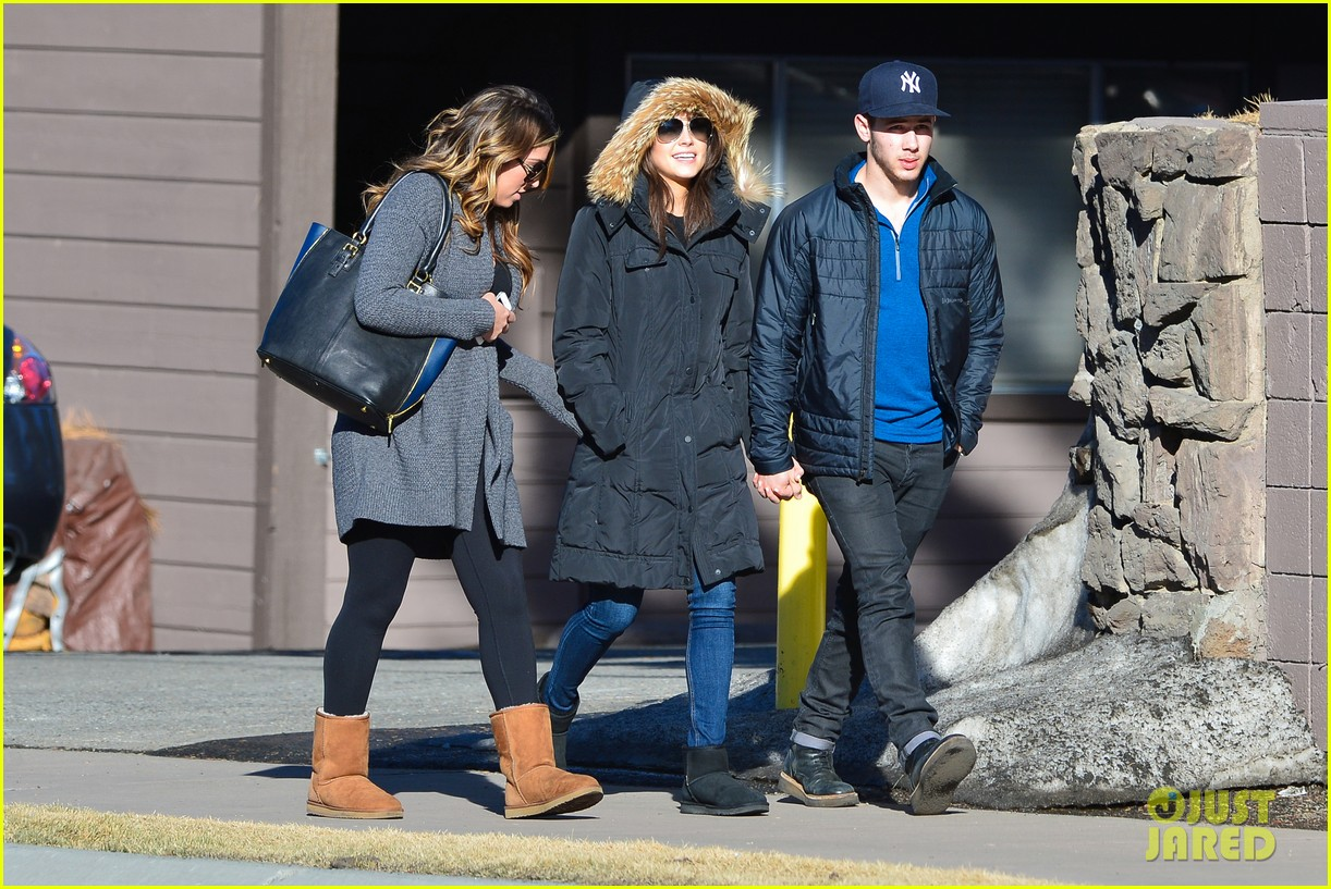 nick jonas olivia culpo hold hands in chilly mammoth 05