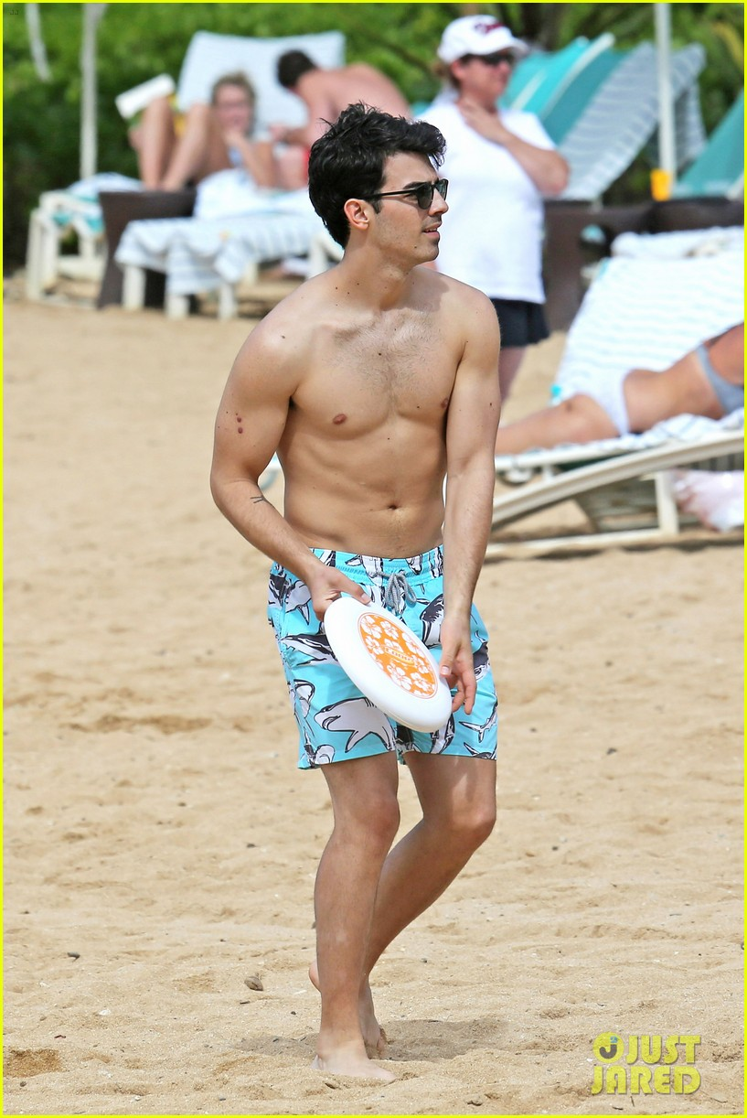 joe jonas shirtless beach frisbee player in hawaii 01