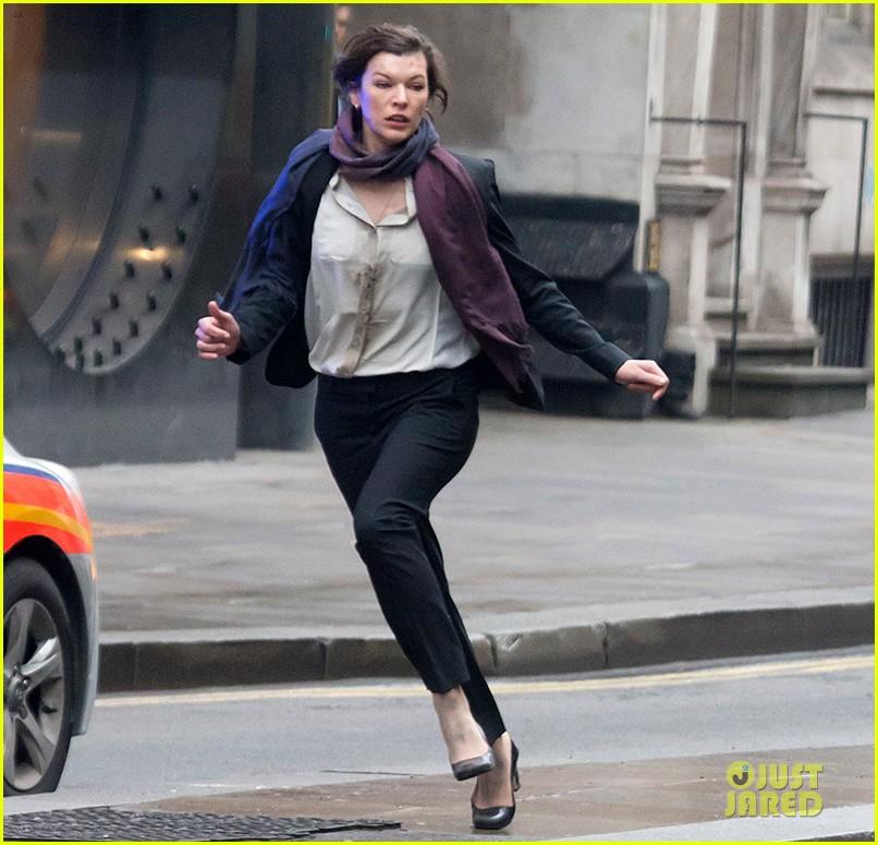 milla jovovich bloody running scenes for survivor 083040070