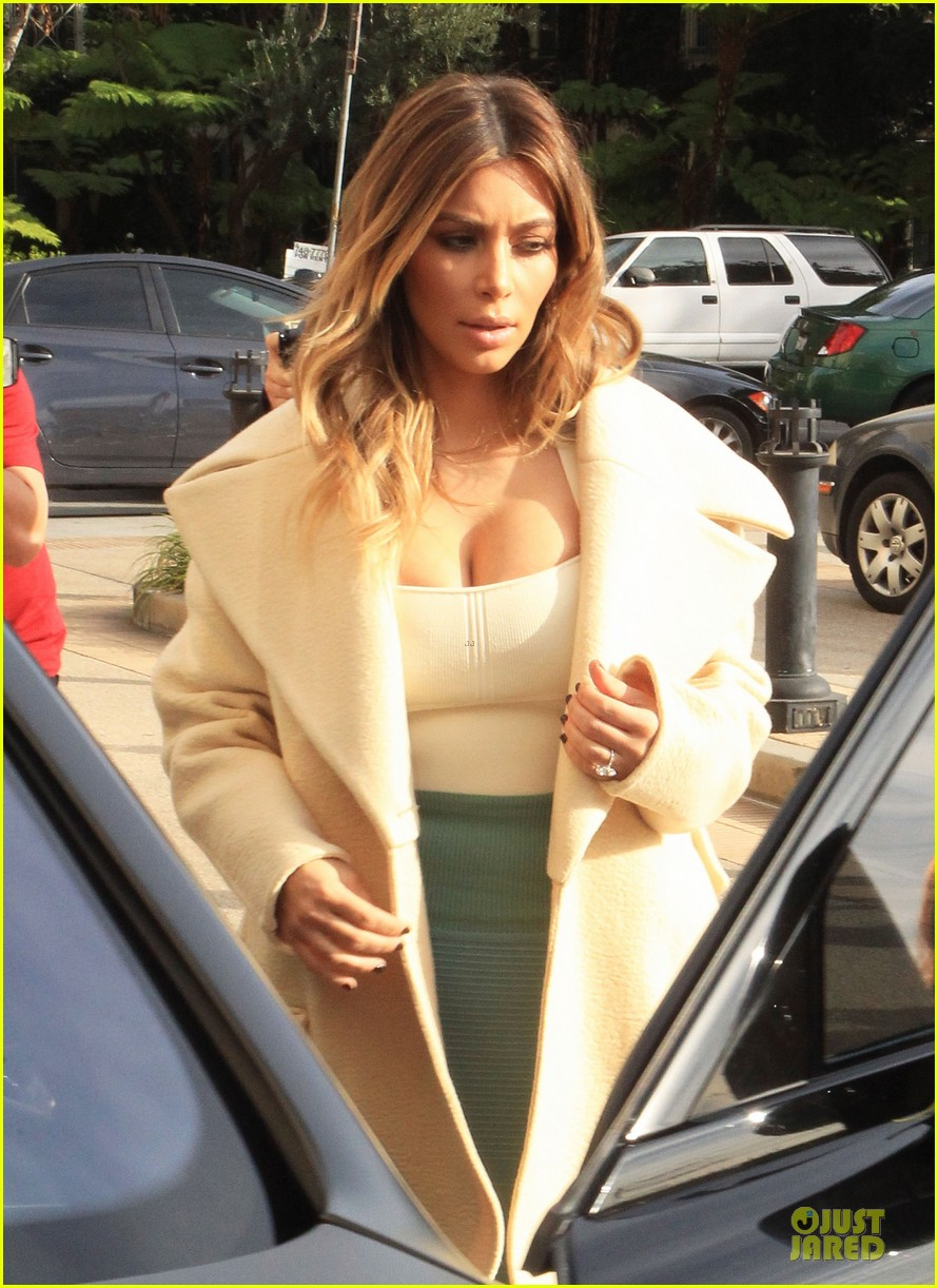 kim kardashian bares cleavage for barneys shopping trip 043023991