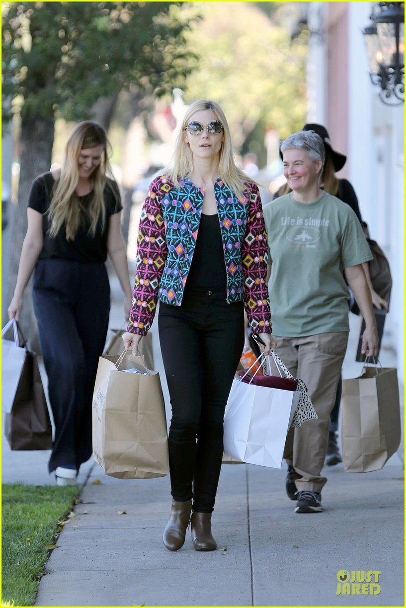 jaime king family lunch after friday gifting suite stop 05