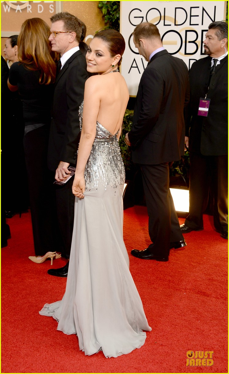 mila kunis golden globes 2014 red carpet 033029341