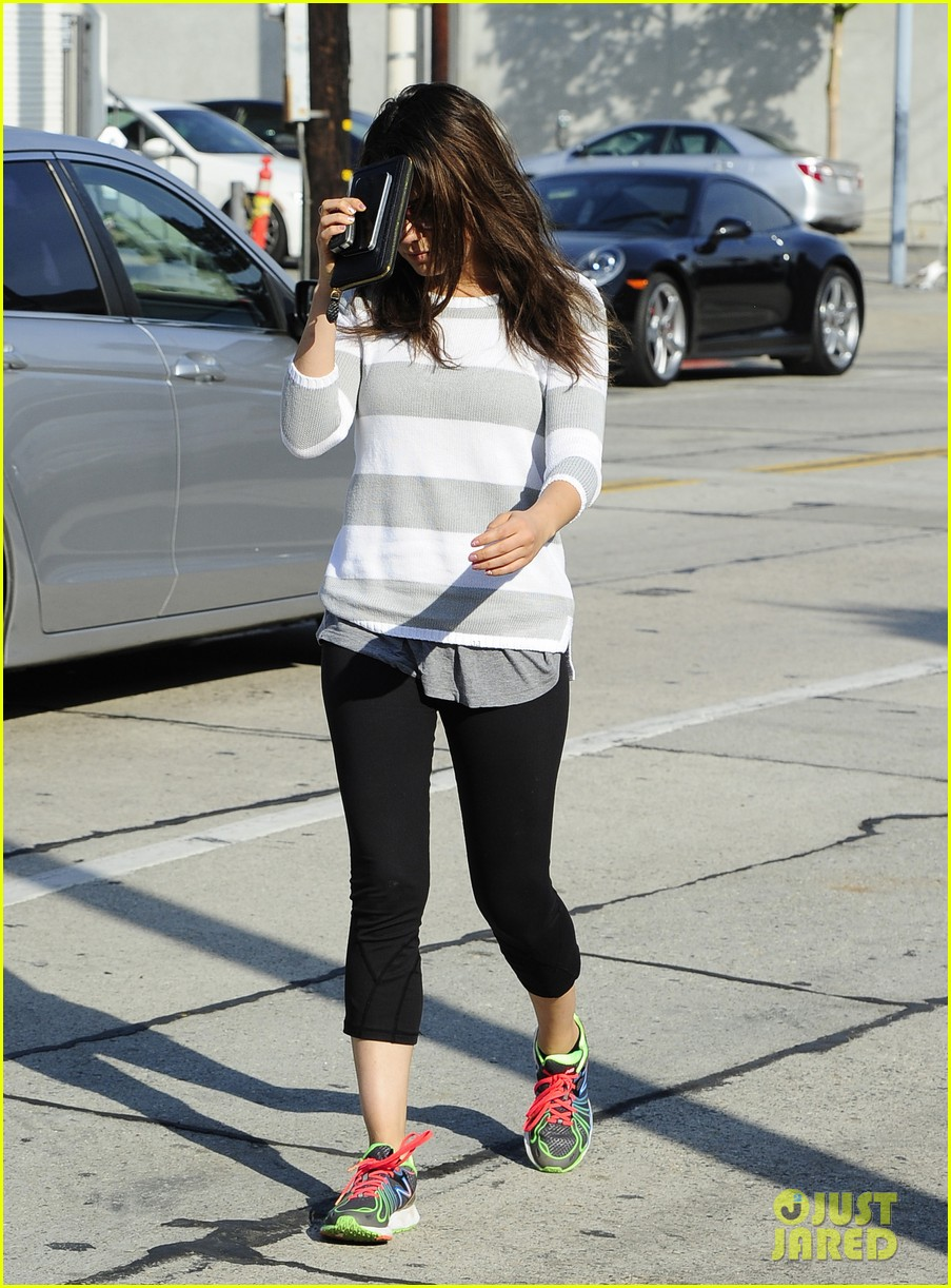 mila kunis hides her face after parking ticket blues 03