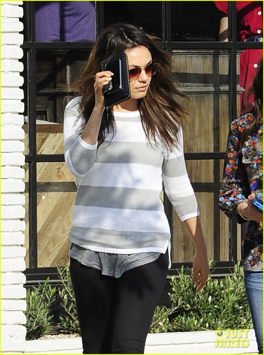 mila kunis hides her face after parking ticket blues 073039298