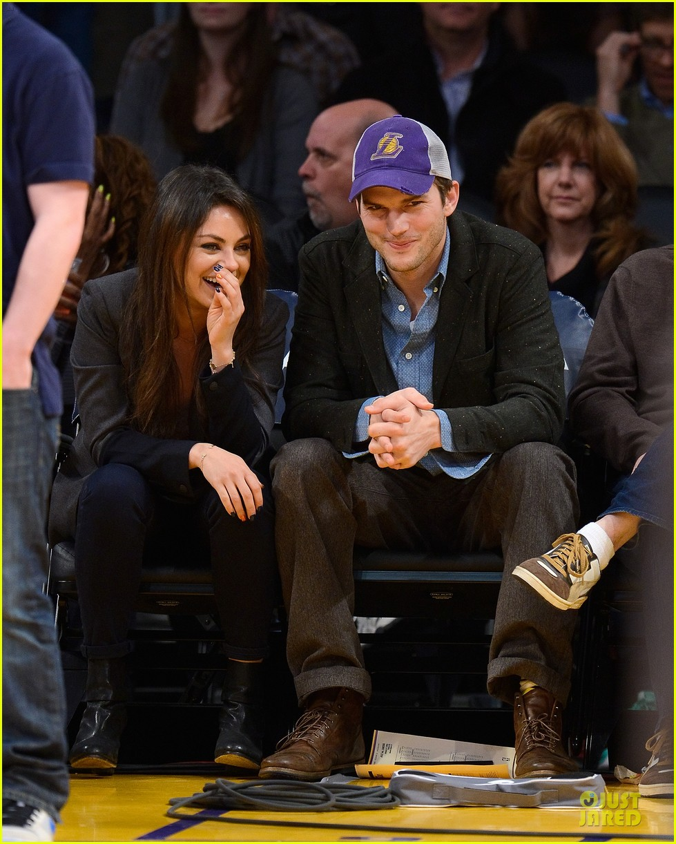 ashton kutcher mila kunis kiss on lakers kiss cam 03