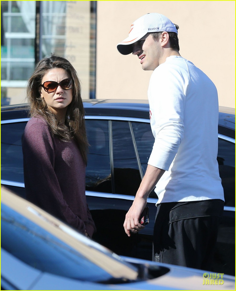 ashton kutcher mila kunis nail salon weekend pair 07
