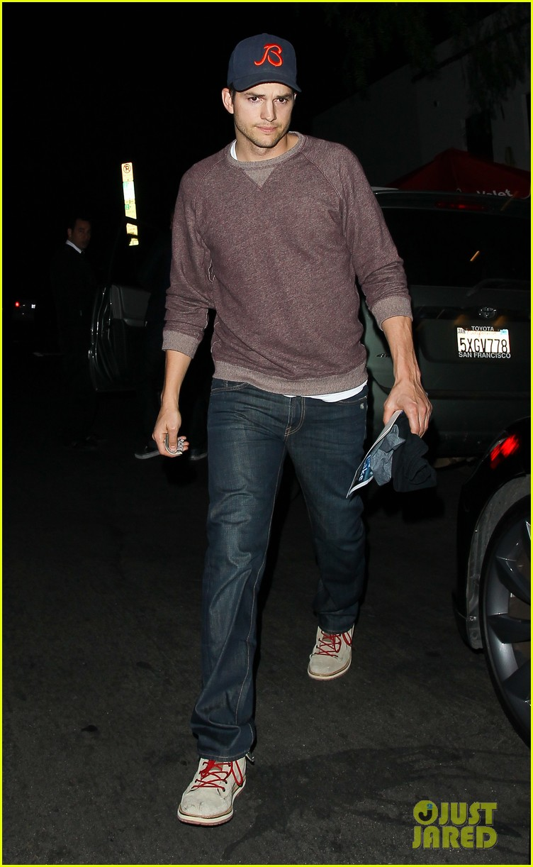 ashton kutcher tips valet after dinner with mila kunis 05