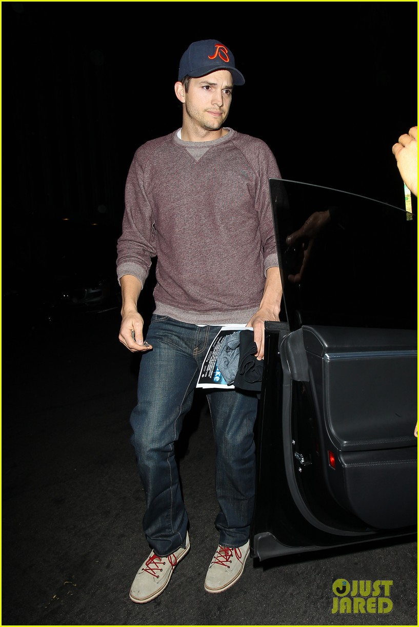 ashton kutcher tips valet after dinner with mila kunis 08