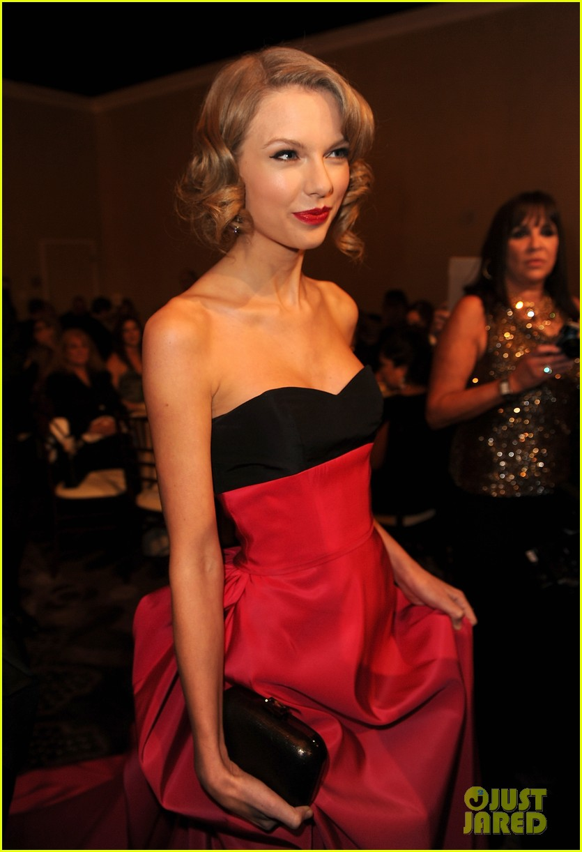 jennifer lawrence photobombs taylor swift at golden globes 093029695
