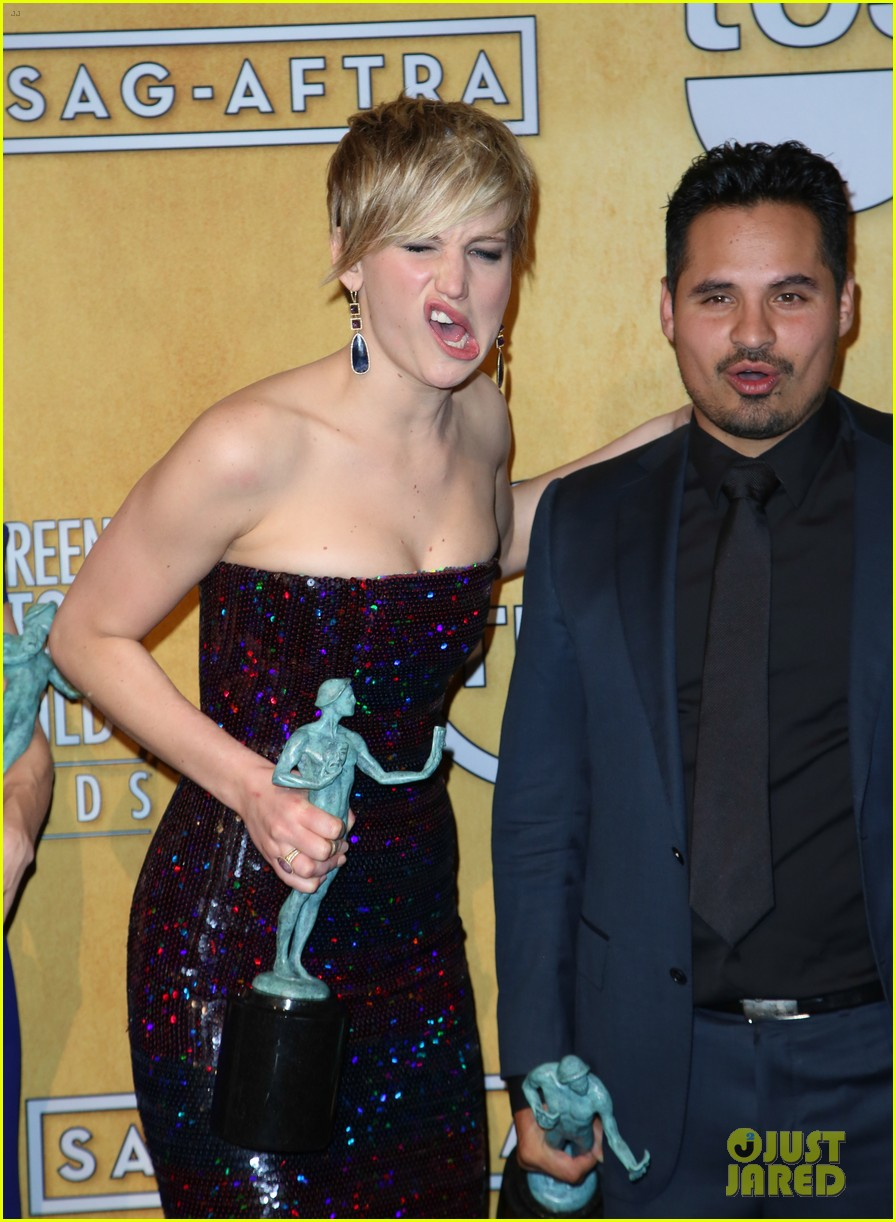 jennifer lawrence funny faces in sag awards press room 383035333