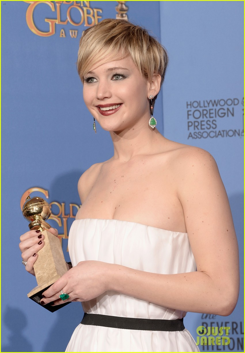 jennifer lawrence shows off golden globe in press room photos 02