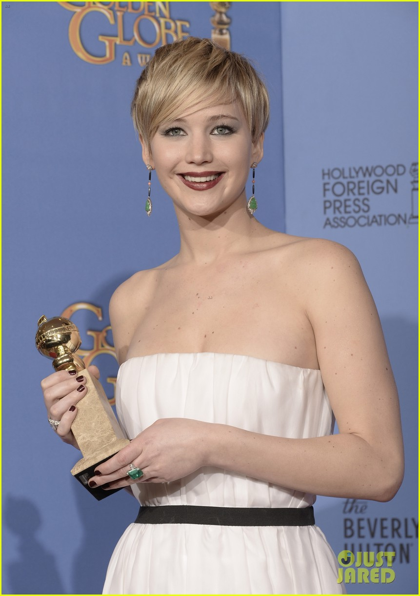 jennifer lawrence shows off golden globe in press room photos 083029424