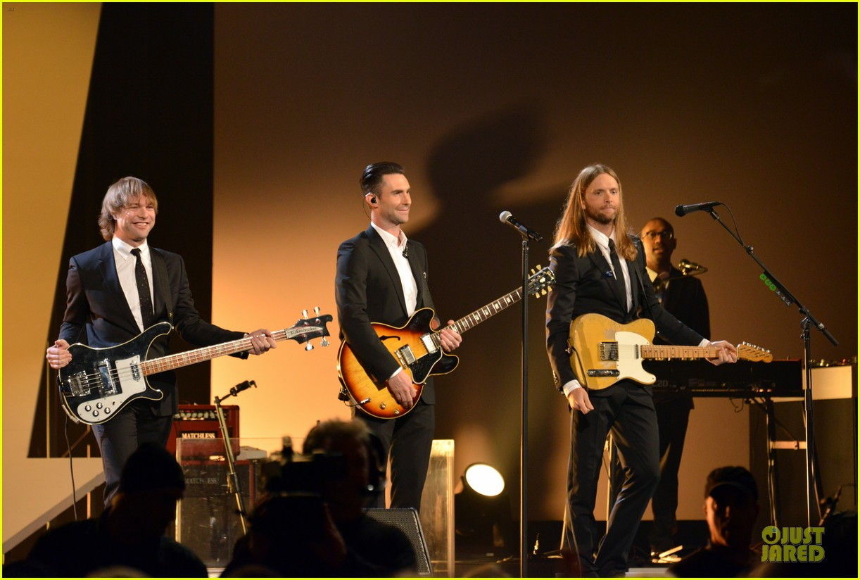 adam levine behati prinsloo backstage at beatles tribute 08