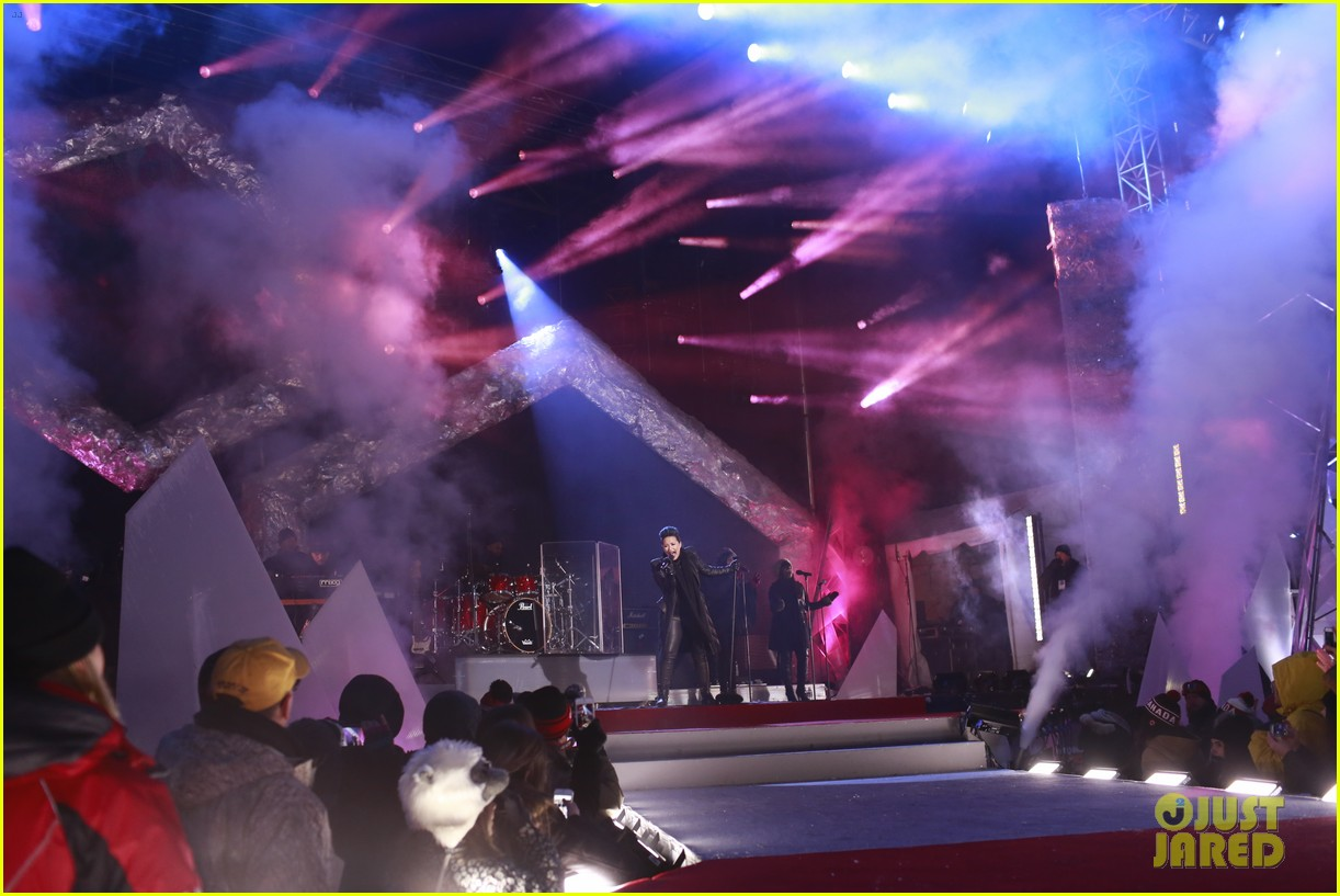 demi lovato performs for et canada on new years eve 2014 01