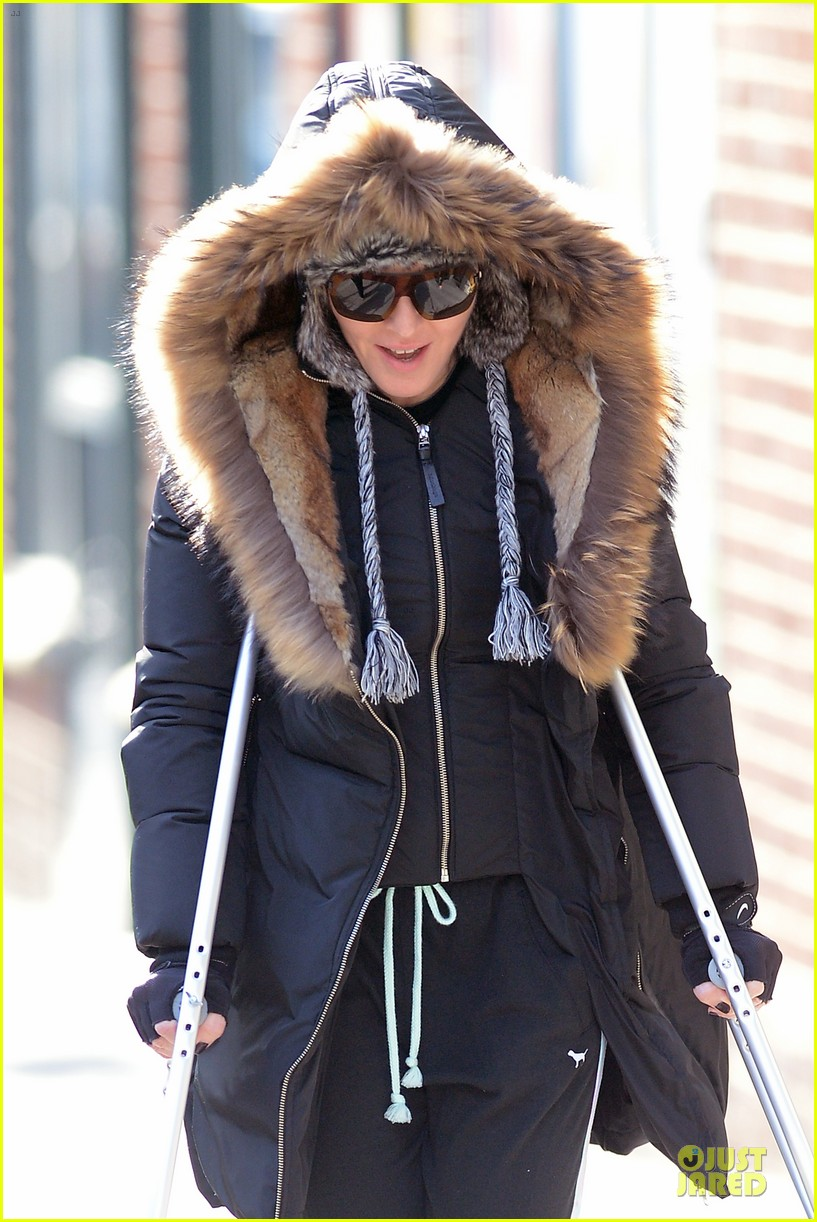 madonna steps out in crutches after grammy performing rumors 02