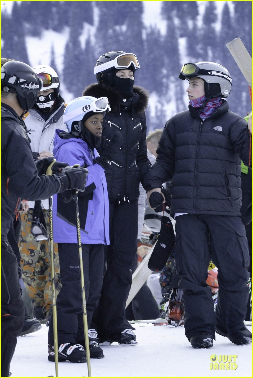 madonna skis through new year with the kids 103022158