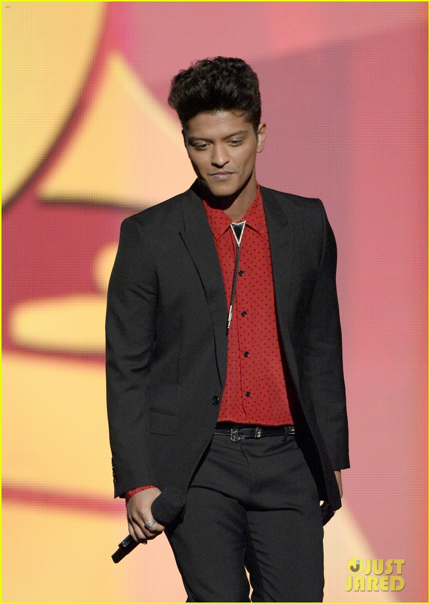 bruno mars thanks girlfriend jessica caban at grammys 2014 01