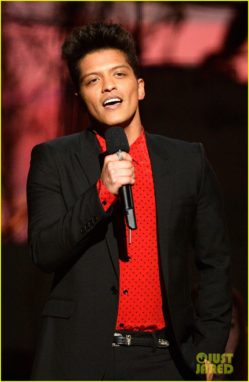 bruno mars thanks girlfriend jessica caban at grammys 2014 07