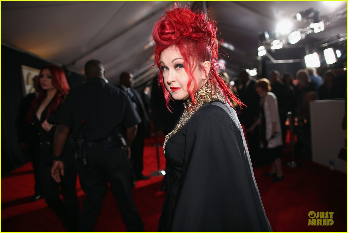 martina mcbride cyndi lauper grammys 2014 red carpet 09