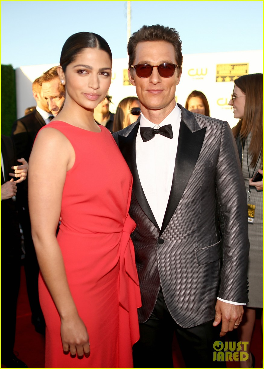matthew mcconaughey critics choice awards 2014 with camila alves 05